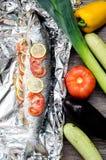 Salmones con el limón y los tomates listos para cocer Imagen de archivo