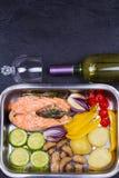Salmones con el paprika, la patata, la cebolla azul, las setas, los tomates, y Rosemary Fotografía de archivo libre de regalías