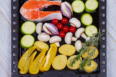 Salmones con el paprika, la patata, la cebolla azul, las setas, los tomates, y Rosemary Imagenes de archivo