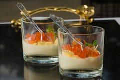 Salmones con el queso parmesano y la ensalada en un vidrio abastecimiento clos Foto de archivo
