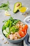 Salmones con la haba blanca, los tomates, los pepinos, el aguacate y el arugula Foto de archivo