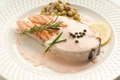Salmones cortados con la salsa cremosa   Fotos de archivo