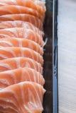 Salmones cortados en placa plástica Imagenes de archivo