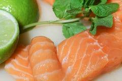 Salmones crudos con la cal y la albahaca Foto de archivo