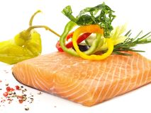 Salmones crudos con las verduras - prendedero de pescados foto de archivo libre de regalías