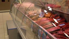 Salmones de Chinook de los salmones de sockeye del halibut y muchos otros pescados en las ventanas de la tienda y los estantes ro metrajes