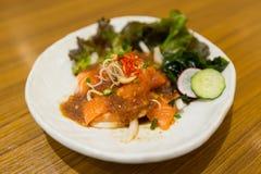 Salmones de color salmón picantes de la llamada de la ensalada yum imagenes de archivo