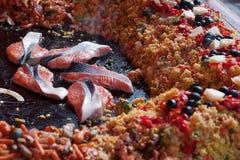 Salmones de Paellawith en el mercado callejero Fotografía de archivo