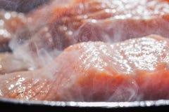 Salmones del filete en un humo y un vapor Foto de archivo