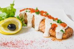 Salmones deliciosos con la salsa, el caviar rojo, el limón y las hierbas Marco horizontal Fotografía de archivo