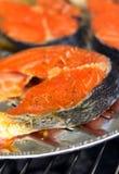 Salmones deliciosos en una parrilla Imágenes de archivo libres de regalías
