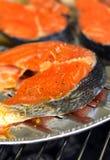 Salmones deliciosos en una parrilla Fotografía de archivo libre de regalías