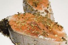 Salmones en el adobo de las hierbas preparado para cocinar Foto de archivo