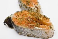 Salmones en el adobo de las hierbas preparado para cocinar Foto de archivo libre de regalías