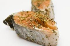 Salmones en el adobo de las hierbas preparado para cocinar Imagenes de archivo