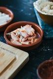Salmones en pedazos en un cuenco en la tabla de cocina Fotografía de archivo libre de regalías
