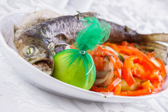 Salmones enteros asados a la parrilla con las verduras Fotografía de archivo
