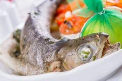 Salmones enteros asados a la parrilla con las verduras Imagenes de archivo
