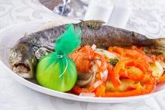 Salmones enteros asados a la parrilla con las verduras Imagen de archivo libre de regalías