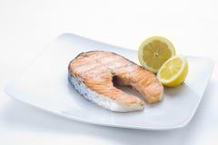 Salmones frescos cocinados con la ensalada Imagenes de archivo
