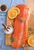 Salmones frescos con eneldo y rebanadas anaranjadas Fotos de archivo libres de regalías