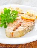 Salmones frescos servidos con el limón del perejil del arroz Imágenes de archivo libres de regalías