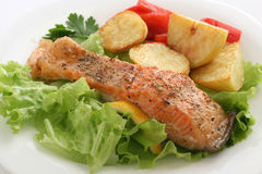 Salmones fritos con lechuga y la patata Imagenes de archivo