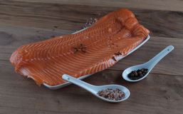 Salmones orgánicos crudos con la sal y las especias Imagen de archivo