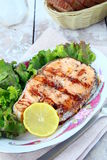 Salmones rojos de los pescados asados a la parilla con el limón Fotos de archivo libres de regalías