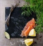 Salmones salados con eneldo Fotografía de archivo