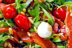 Salmones, tomates de cereza, ensalada del arugula, nueces de pino, mozzarella Fotografía de archivo libre de regalías