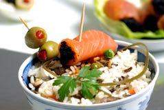 Salmones y aceitunas en el arroz foto de archivo