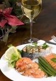Salmones y camarón con el vino Imagenes de archivo