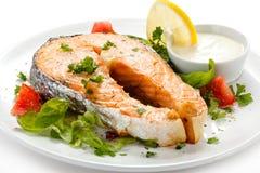 Salmones y verduras asados Foto de archivo libre de regalías