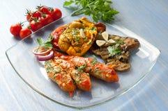 Salmonetes vermelhos com vegetais grelhados Fotos de Stock
