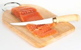 Salmoni affettati con la lama finlandese immagini stock