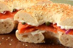 Salmoni affumicati sul bagel Immagini Stock