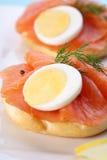 Salmoni affumicati sul bagel con pepe nero fresco. Immagini Stock Libere da Diritti