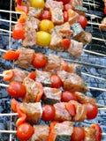 Salmoni arrostiti col barbecue sulla griglia con i pomodori di ciliegia Fotografie Stock