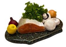 Salmoni con i funghi prataioli, il limone e la cipolla immagini stock libere da diritti