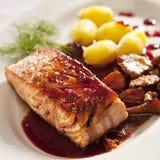 Salmoni con la salsa del ribes Fotografie Stock Libere da Diritti