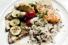 Salmoni con le verdure Fotografie Stock Libere da Diritti