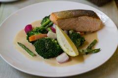 Salmoni con le verdure Immagini Stock Libere da Diritti