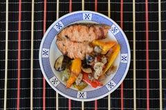 Salmoni con le verdure cotte Immagini Stock Libere da Diritti
