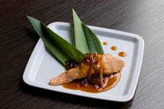Salmoni con salsa agrodolce Immagini Stock Libere da Diritti