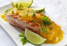Salmoni con salsa arancione immagine stock