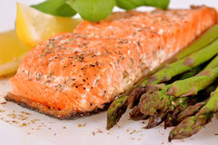 Salmoni cotti con asparago Fotografie Stock