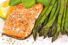 Salmoni cotti con asparago Fotografie Stock Libere da Diritti