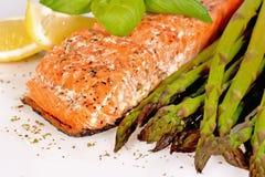 Salmoni cotti con asparago Immagine Stock