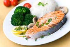 Salmoni cotti con i clos del riso e del pomodoro del broccolo Fotografia Stock Libera da Diritti